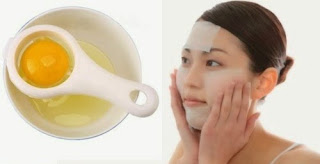 Tekap kapas yang direndam dengan telur putih pada kulit muka