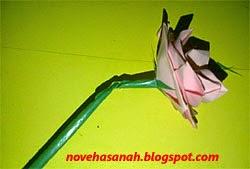 pilin sedotan dan kawat agar membentuk tangkai bunga