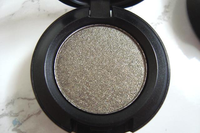 Review // MAC Eyeshadow in Greensmoke | Hello Teddy