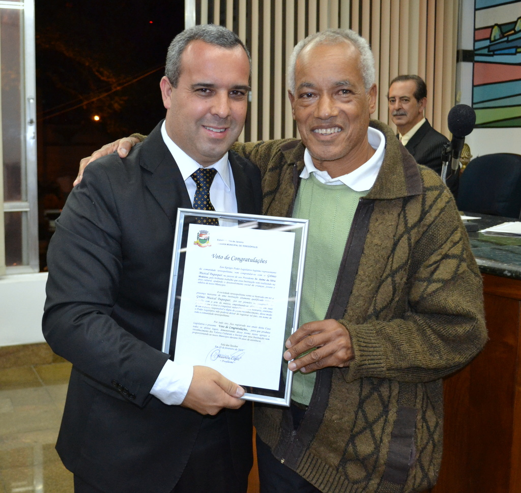 O presidente da Câmara, Maurício Lopes, e o representante do Grêmio Musical Paquequer Jaime da Silva