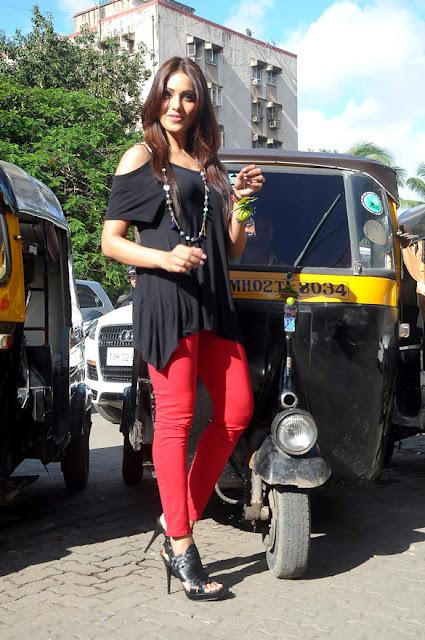 Bipasha Basu promotes 'Raaz 3' in Traffic