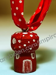 http://clarabelen.com/inspiraciones/703/manualidades-navidenas-seta-u-hongo-con-corchos-de-botella-de-champan-dedicado-a-karla/