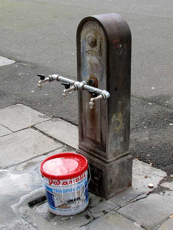 Livorno daily photo habemus aquam for Decor 5 5 litre drink fountain