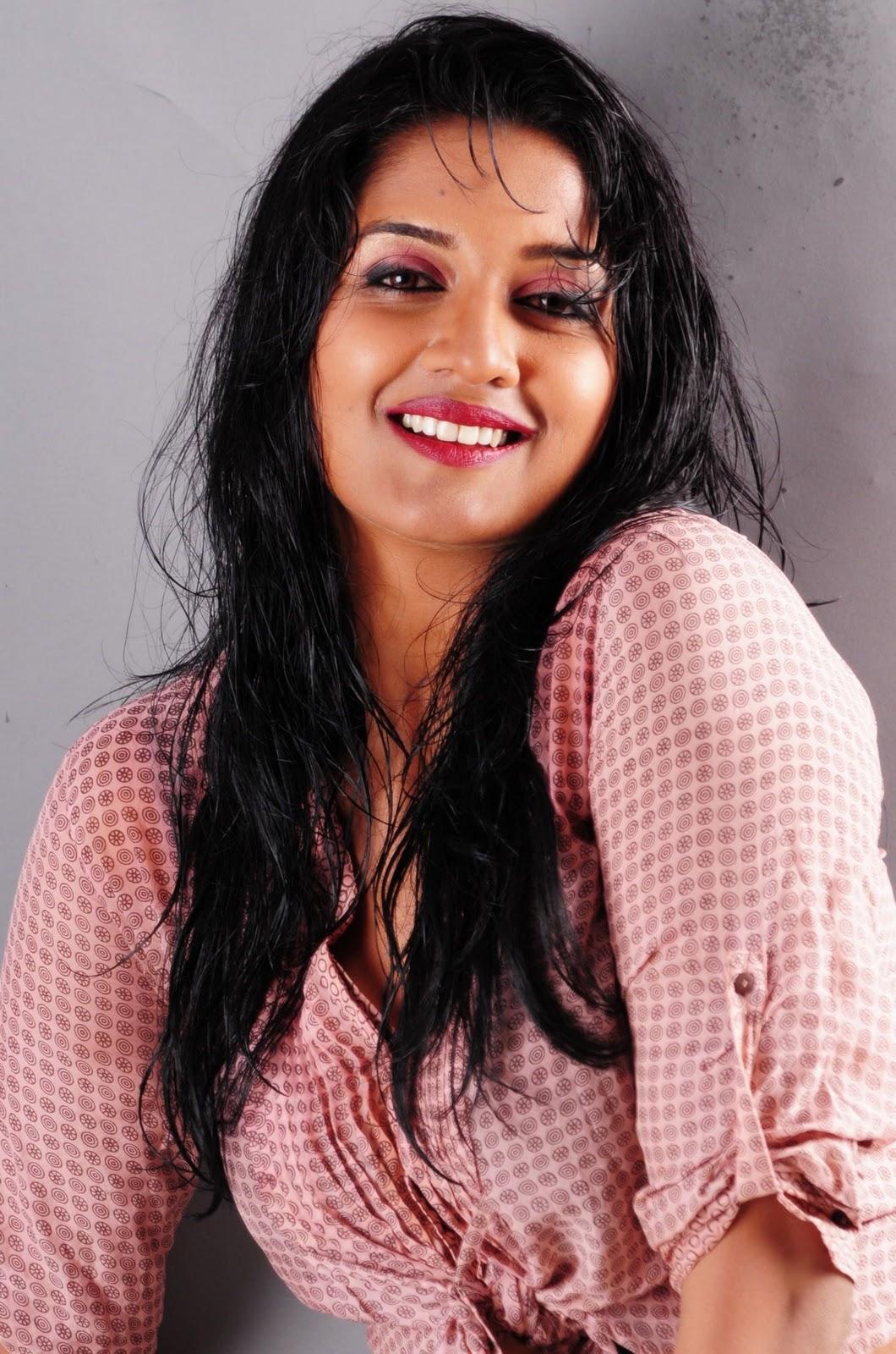 http://2.bp.blogspot.com/-TrqyXR8f8jY/TxTkdSv6NxI/AAAAAAAAHrg/gtsQHE0M8bM/s1600/Tamil+Actress+Vimala+Raman+smiling+Photos.JPG