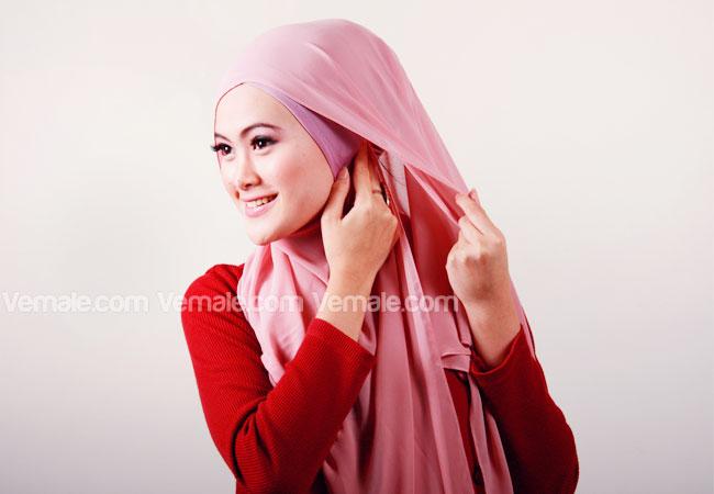 Setelah ujung kiri jilbab Anda sematkan pada bagian dalam jilbab