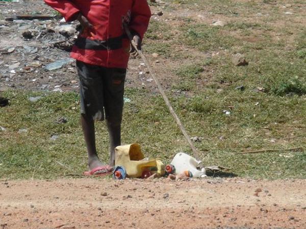 Crianças africanas criam brinquedos com lixo