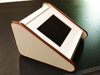 強化ダンボールで製作したiPadディスプレイ用什器の写真