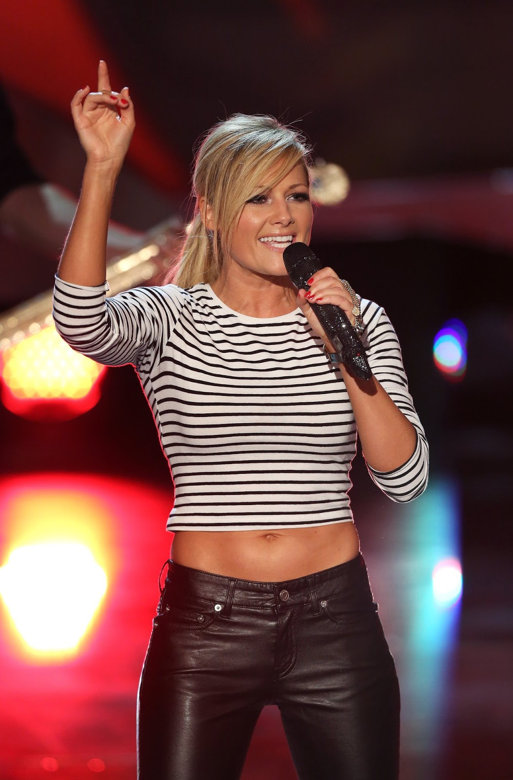 Chicago Schlager Music Review Helene Fischer Goes Back To Basic Schlager With Ist Doch Kein Wunder