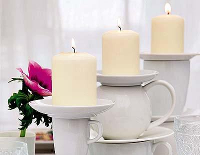 Tassenstapel als Kerzenständer - einfache Tischdekoration zum Selbermachen