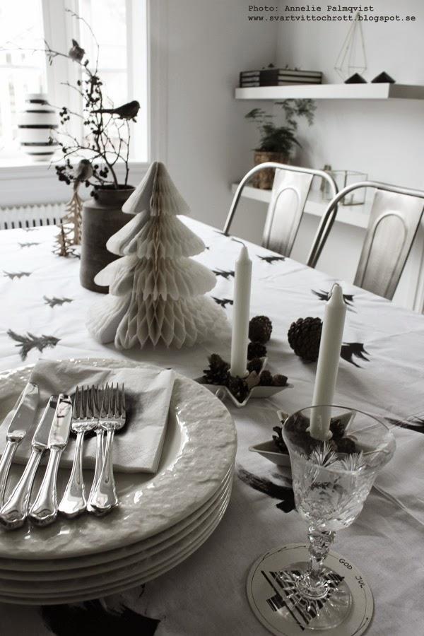 pappersgran, diy, julpyssel, pyssel, julen 2014, kottar, juldukning, bordsduk i vitt med svarta granar, inspiration, inredning, glasunderlägg diy,