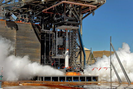 SCALE MODEL OF SPACE LAUNCH SYSTEM CORE STAGE FIRES