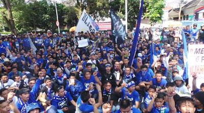 Suporter Bola Mulai Beraksi, Ribuan Bobotoh Persib Gelar Aksi Demo
