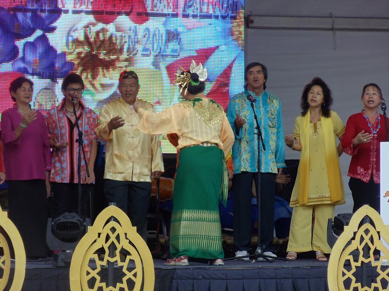 ... lagu `Ayam Den Lapeh', kumpulan koir ini turut menyanyikan sebuah lagu