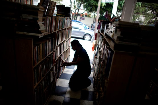 Jazmin Castillo Inocente does more than sell books. While choosing and organizing books on the shelves of the ¨Librero En Andanzas¨ (Bookseller´s Adventure) in Mexico City, she´s patiently searching for ¨the forgotten book.¨   I became interested in doing a story about my favorite used bookstore in the capital´s Roma Sur neighborhood as I discovered objects left behind inside the ones I bought for myself. I was coming into contact with mysterious bits and pieces of other people´s lives. I was intrigued.  I invite you to take a moment to watch my latest audiovisual and see Jazmine´s fascinating world of books.