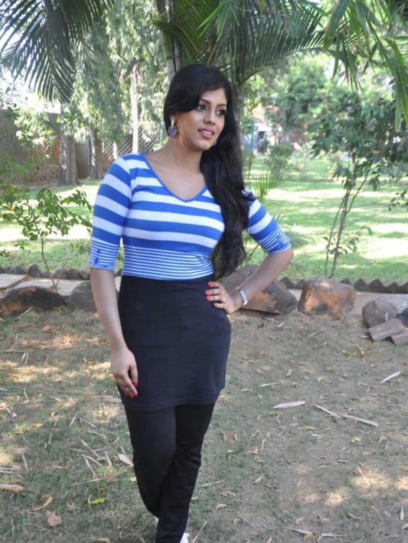 Hot Actress Iniya Images