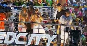Ronaldinho fait le rappeur pendant le carnaval
