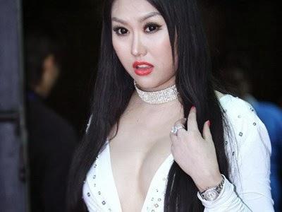 Phi Thanh Vân vẫn thích khoe ngực khủng