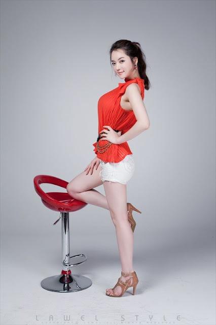Im Hi Hye Lovely in White Short Jeans