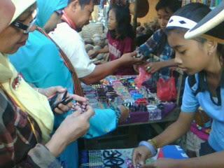 """Image """"Penjual kerajinan mutiara di Kp. Sasak Lombok NTB"""