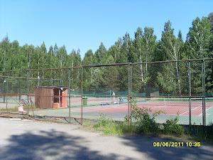 Tampereen Kaupin tenniskenttä Litukan pysäköintialueen ja jalkapallokentän välissä