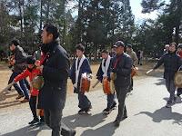 独特の調子で「おんめでとうござ~る~」と、掛け声を囃し立てながら上賀茂神社の境内に入った。