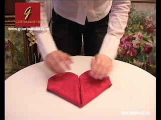 Pliage de serviette en forme de coeur