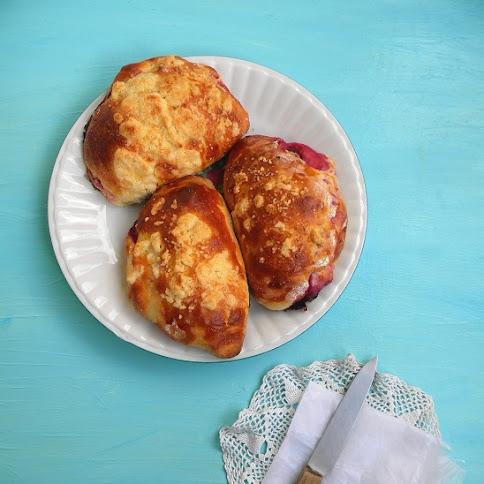 Śniadanie:Wiśnie w maślanych drożdżówkach
