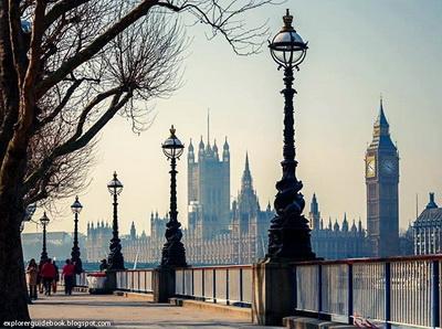 Queen's Walk London love story