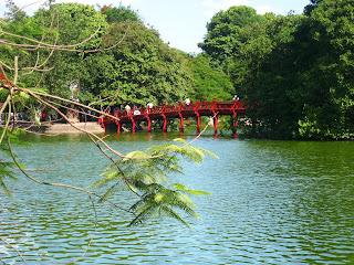 bridge-Hoan Kiem lake