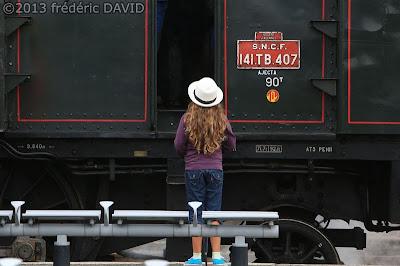 train vapeur gare enfant chapeau vintage  locomotive 141 TB 407 AJECTA Longueville Seine-et-Marne