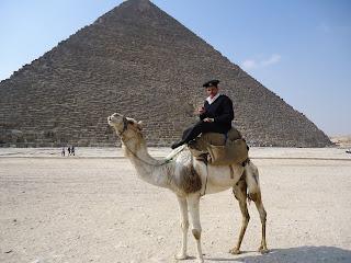 Policía frente a la Gran Pirámide, Egipto