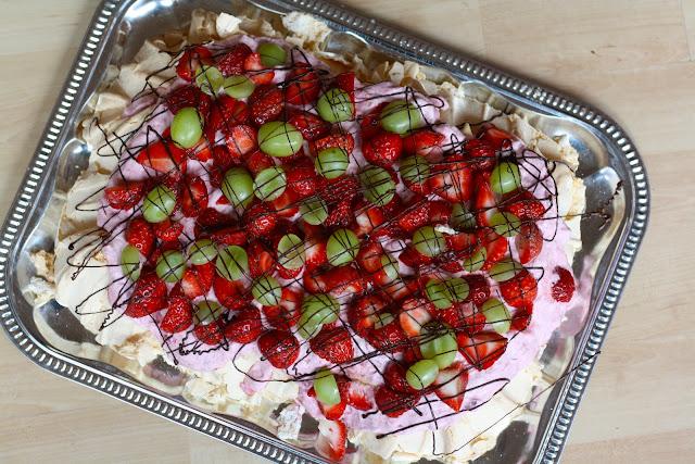 pavlova, pavlova med jordbær, pavlova med bær, pavlova med rabarber