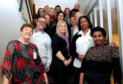 Till vänster i bild, tillsammans med deltagarna, syns Anica Söderström, lärare från utbildningsanordnaren MedLearn som tillsammans med Solna Stad genomförde utbildningen