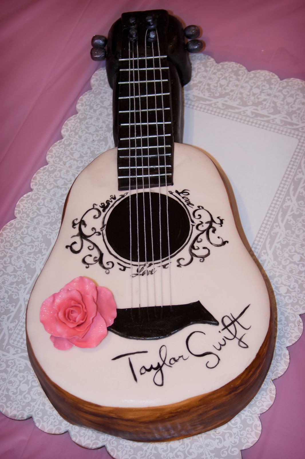 heathers sweet cakes   u0026quot taylor swift guitar u0026quot  cake
