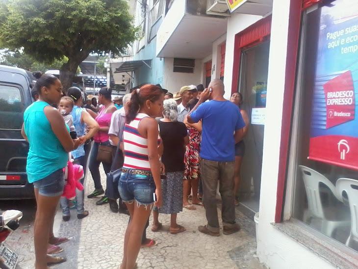 Serrinha:População sofre no meio da Rua com sol e chuva para conseguir um atendimento em Bancos.