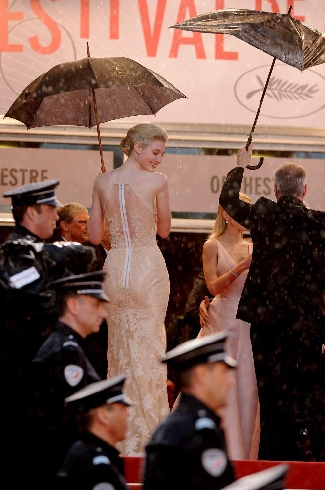 http://2.bp.blogspot.com/-TwuukDyoe3Q/UZn4dYWTozI/AAAAAAAACpY/1GWBIeNrn2Y/s1600/Elizabeth+Debicki+Arrivals+Cannes+Opening+YFjYkvf4j3Rx.jpg