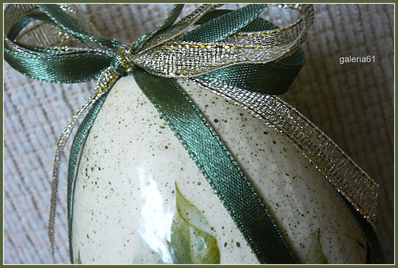 pisanka wielkanocna - zielona w białe róże, decoupage