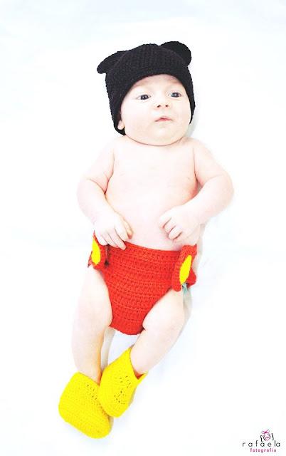 Foto Newborn com roupinha de mickey