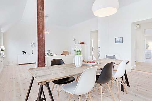 Unasse di legno, posta su due cavalletti, accostata a delle sedie di ...
