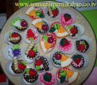 souvenir pernikahan flanel bentuk kue 4 cm x 4 cm