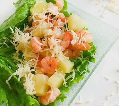 Салат с морепродуктами с ананасом