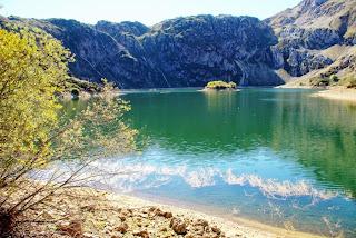 Vista del Lago del Valle con la pequeña isla que se encuentra en medio