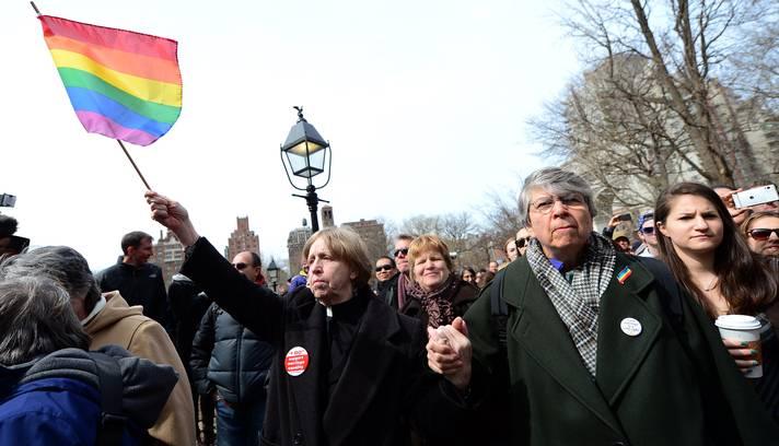Em Nova York, milhares de pessoas tomaram as ruas numa grande manifestação a favor do casamento entre pessoas do mesmo sexo. A passeata teve início no Stonewall Inn, o bar onde em 1969 começou a revolta pelos direitos LGBT nos Estados Unidos (Foto: Foto: Emmanuel Dunand/AFP)