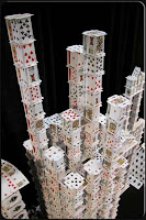 Ο πύργος με τα τραπουλόχαρτα των τοκογλύφων