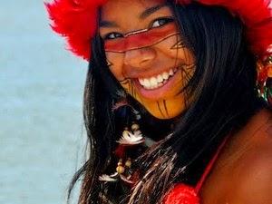 Índios recepcionam visitantes vestidos e pintados à caráter. (Foto: Hadja)
