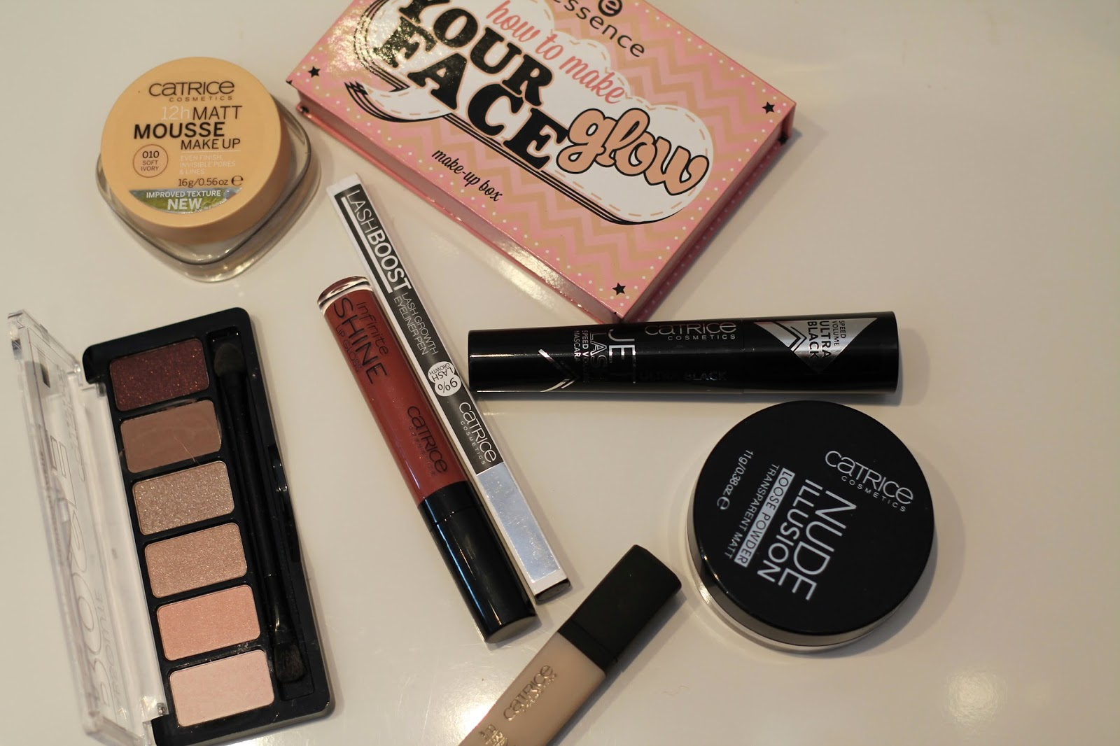 essence how to make your face glow // Catrice Rose Palette // Matt Mousse Make Up // Lash Boost Eyeliner // Infinite Shine // Jet Lash Macara // Lidschatten Bace // Nude Illuison Loose Powder /
