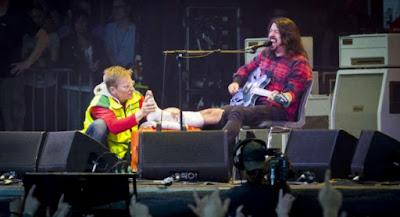 Dave Grohl, ex-Nirvana se rompe la pierna y sigue tocando