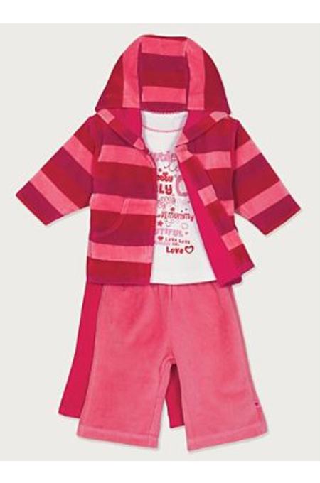 صورة ملابس حمراء تناسب الاطفال من كلا النوعين
