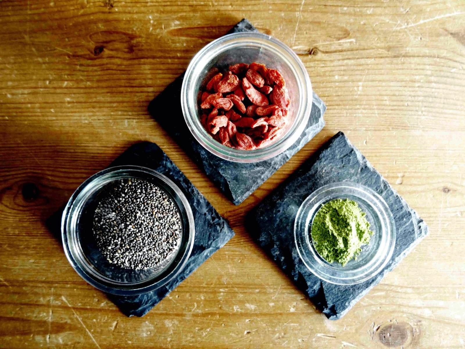 Superfoods: Chia-Samen, Goji Beeren und Matcha-Tee
