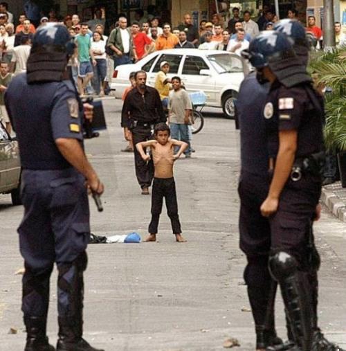 garotinho-corajoso-enfrentado-policiais-boy-brave-faced-police
